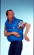 """immagine raffigurante Enzo Braschi nei panni del suo personaggio """"il paninaro"""""""